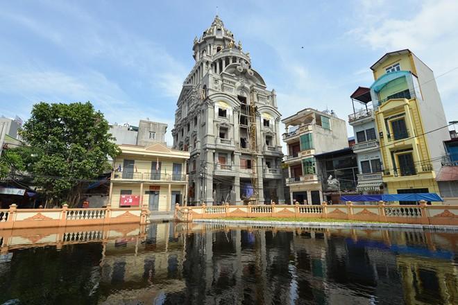 Sững sờ nhà giàu Việt Nam mang đống vàng ra dát nhà - Ảnh 1