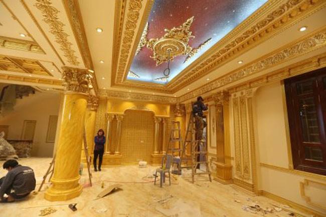 Sững sờ nhà giàu Việt Nam mang đống vàng ra dát nhà - Ảnh 8