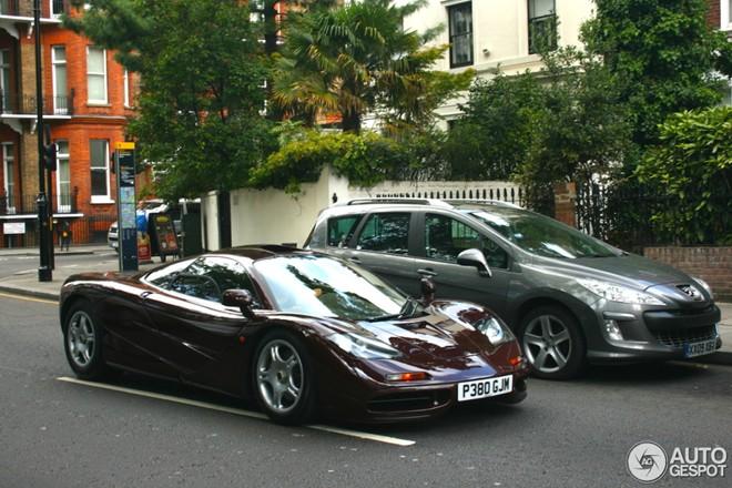 Danh hài đóng Mr.Bean lái siêu xe McLaren F1 hàng hiếm - Ảnh 1