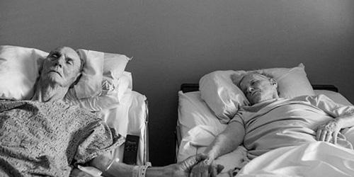 Cặp vợ chồng 62 năm nắm chặt tay nhau tới phút qua đời  - Ảnh 1