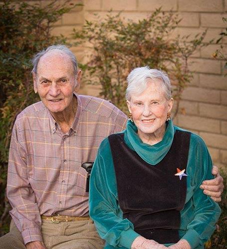 Cặp vợ chồng 62 năm nắm chặt tay nhau tới phút qua đời  - Ảnh 2