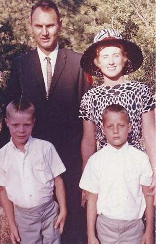 Cặp vợ chồng 62 năm nắm chặt tay nhau tới phút qua đời  - Ảnh 3