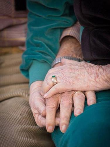 Cặp vợ chồng 62 năm nắm chặt tay nhau tới phút qua đời  - Ảnh 4