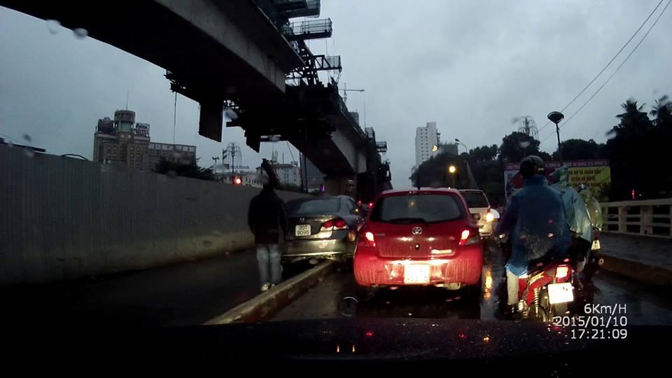Xe 16 chỗ leo giải phân cách ở cầu Nhật Tân, dải phân cách không hợp lý? - Ảnh 2