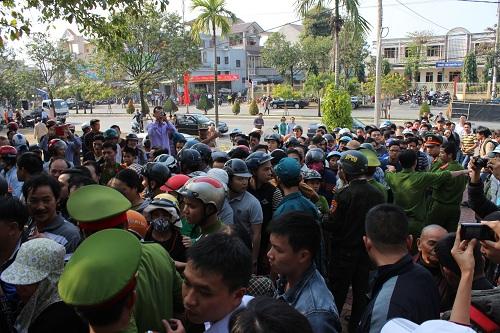 Chùm ảnh: Người dân Đà Nẵng khóc thương ông Nguyễn Bá Thanh - Ảnh 2