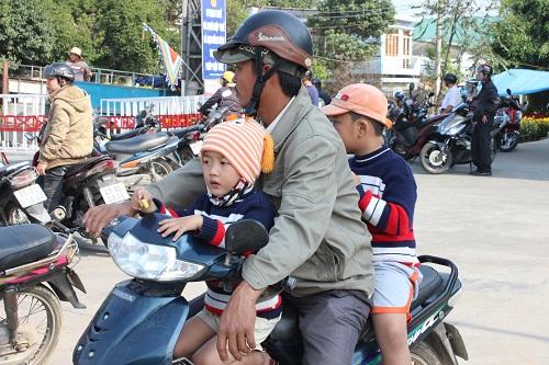 Chùm ảnh: Người dân Đà Nẵng khóc thương ông Nguyễn Bá Thanh - Ảnh 11