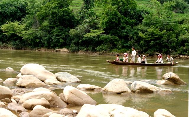 Lai Châu: 7 học sinh bị nước cuốn khi lội sông tới trường - Ảnh 1