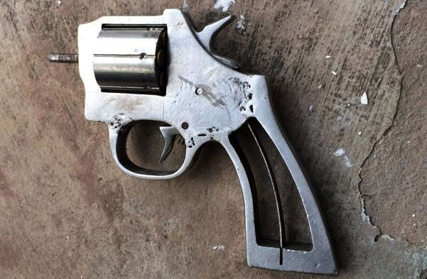 Chở bạn gái không đội mũ bảo hiểm còn rút súng bắn CSGT - Ảnh 2