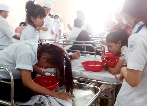 Nghi ngộ độc thực phẩm, hàng loạt học sinh nhập viện cấp cứu - Ảnh 1