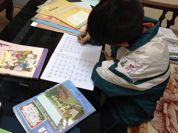 Trẻ không biết chữ vẫn phải lên lớp là do... thiểu năng trí tuệ? - Ảnh 1