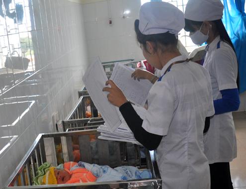 Bệnh viện chập điện, sơ tán nhiều trẻ sơ sinh trong đêm - Ảnh 1
