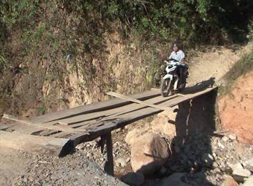 Clip: Người dân bị cô lập do sạt lở đất ở Kỳ Sơn (Nghệ  An) - Ảnh 1