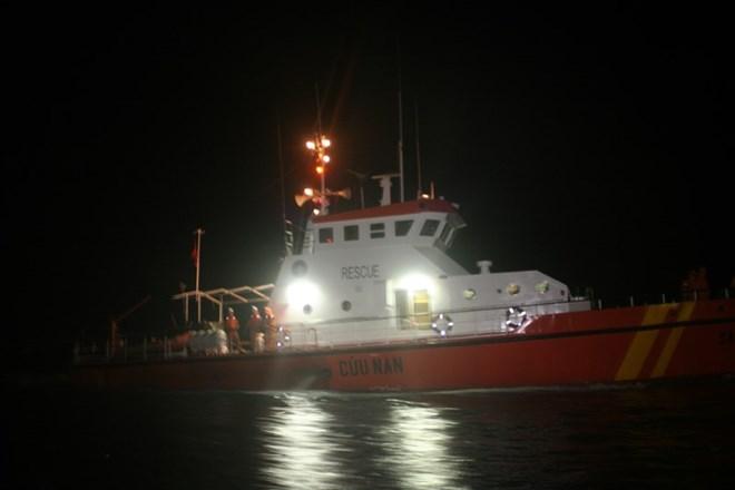 Tích cực tìm kiếm 8 người mất tích trong vụ đâm va tàu - Ảnh 1