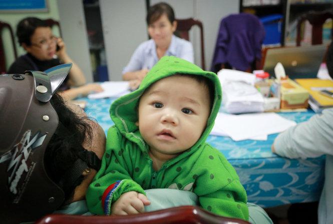 Đưa bé 7 tháng tuổi bị mẹ bỏ rơi vào làng trẻ mồ côi - Ảnh 1
