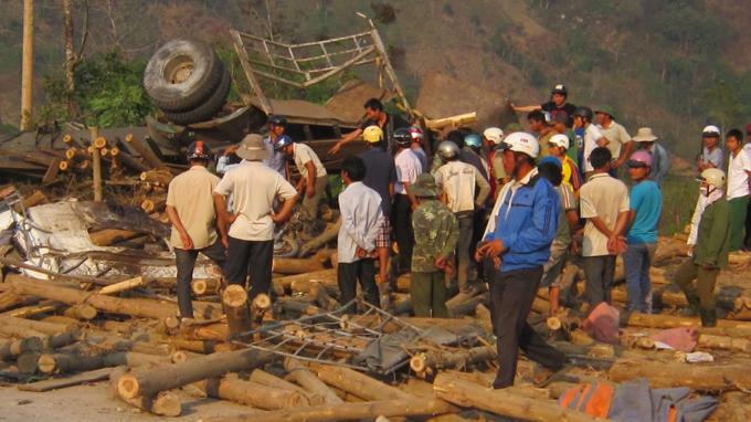 Đắk Lắk: Lật xe chở gỗ, 6 người thương vong - Ảnh 2