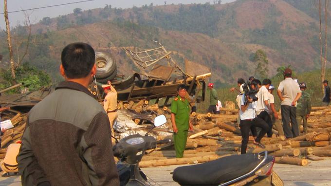 Đắk Lắk: Lật xe chở gỗ, 6 người thương vong - Ảnh 1