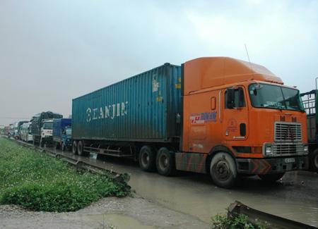 Xe tải lao xuống ruộng, QL1 ùn tắc nghiêm trọng - Ảnh 4