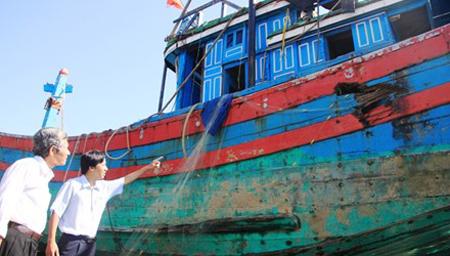 Huyện đảo Hoàng Sa mua lại con tàu bị Trung Quốc đâm chìm - Ảnh 1