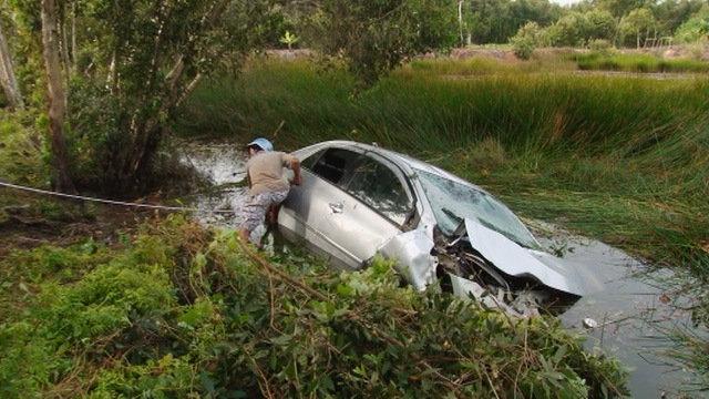 Xe ô tô lao xuống kênh, 4 người tử nạn - Ảnh 1
