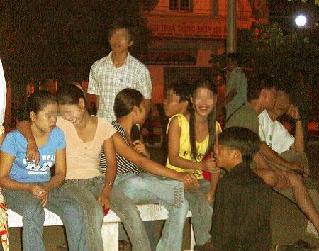 """Nhộn nhịp  """"chợ tình osin"""" giữa phố Sài Gòn - Ảnh 3"""