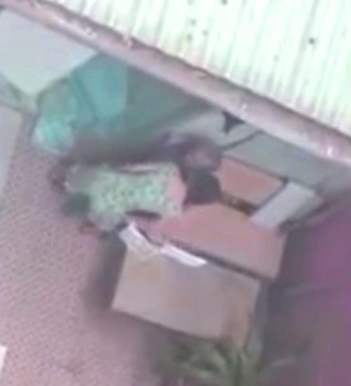 Lập biên bản vụ con gái đánh, chửi mẹ già 90 tuổi - Ảnh 1