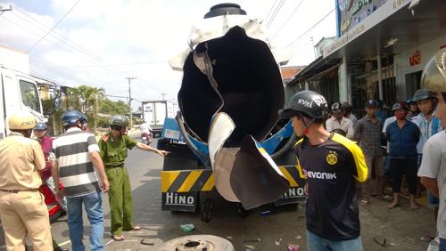 Cà Mau: Nổ xe bồn chở xăng, 10 nhà dân hư hỏng - Ảnh 1