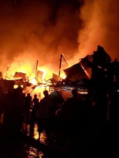 Cháy chợ Thới Bình, ít nhất 12 cửa hàng kinh doanh bị thiêu rụi - Ảnh 1