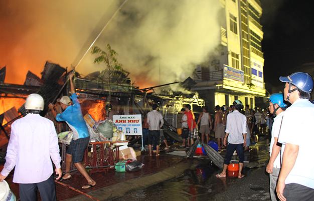 Cháy chợ Thới Bình, ít nhất 12 cửa hàng kinh doanh bị thiêu rụi - Ảnh 2