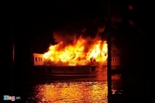 Tàu du lịch bốc cháy, 16 người nước ngoài thoát nạn - Ảnh 1
