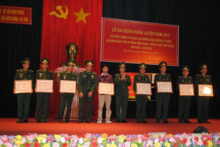Bộ Tư lệnh BĐBP tặng kỷ niệm chương cho nhà báo vì sự nghiệp biên giới - Ảnh 1