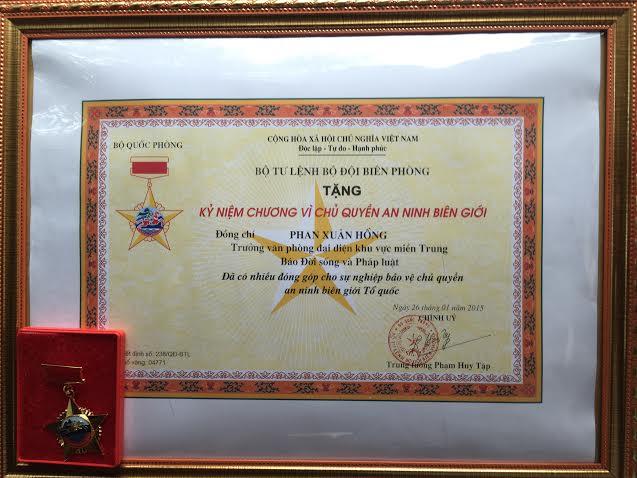 Bộ Tư lệnh BĐBP tặng kỷ niệm chương cho nhà báo vì sự nghiệp biên giới - Ảnh 2