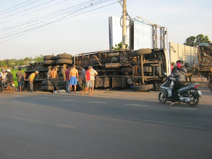 Xe tải chở trên 25 tấn mía lật xuống ruộng, tài xế thoát nạn - Ảnh 1