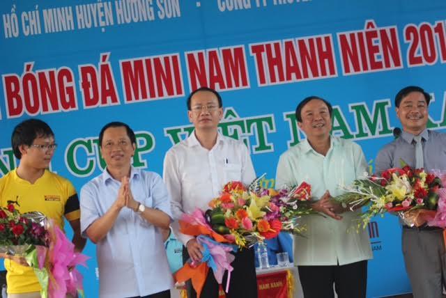 Tưng bừng khai mạc giải bóng đá mini nam thanh niên tranh cúp Việt Nam Xanh - Ảnh 4