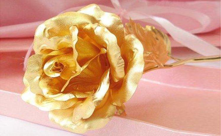 """Quà tặng 8/3: Hoa hồng dát vàng lại """"làm mưa làm gió"""" - Ảnh 1"""
