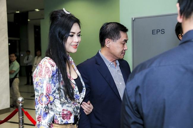 Bố mẹ chồng Hà Tăng tình tứ đi xem liveshow của Đàm Vĩnh Hưng - Ảnh 2