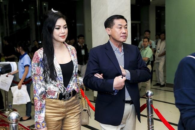 Bố mẹ chồng Hà Tăng tình tứ đi xem liveshow của Đàm Vĩnh Hưng - Ảnh 1