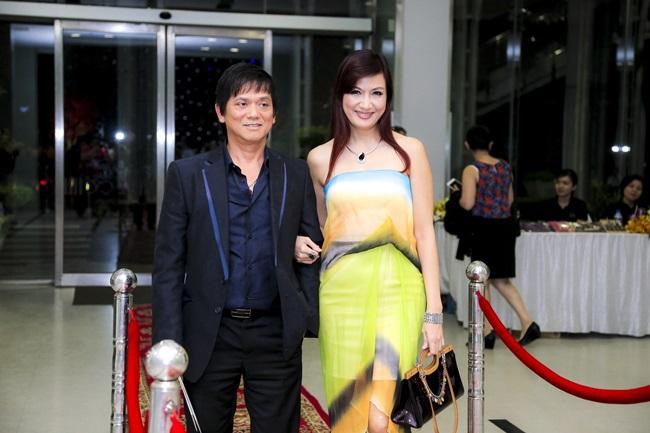 Bố mẹ chồng Hà Tăng tình tứ đi xem liveshow của Đàm Vĩnh Hưng - Ảnh 3