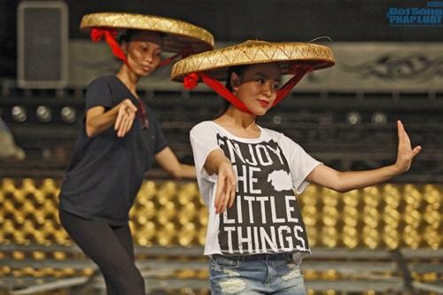 Hoàng Thùy Linh diện quần short múa nón quai thao điệu nghệ - Ảnh 1