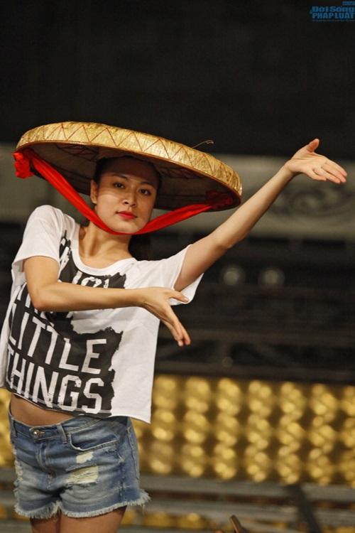 Hoàng Thùy Linh diện quần short múa nón quai thao điệu nghệ - Ảnh 2