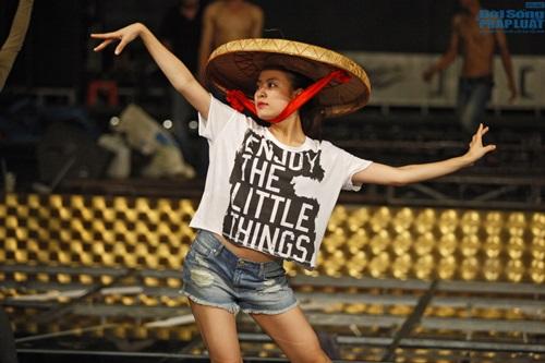 Hoàng Thùy Linh diện quần short múa nón quai thao điệu nghệ - Ảnh 3