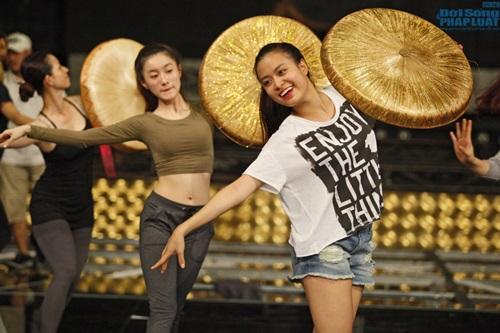 Hoàng Thùy Linh diện quần short múa nón quai thao điệu nghệ - Ảnh 4