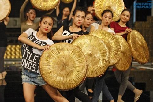 Hoàng Thùy Linh diện quần short múa nón quai thao điệu nghệ - Ảnh 5