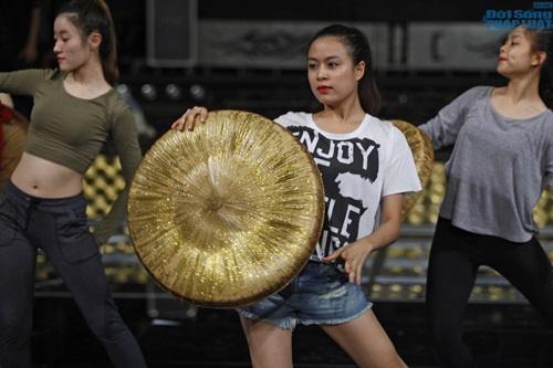 Hoàng Thùy Linh diện quần short múa nón quai thao điệu nghệ - Ảnh 7