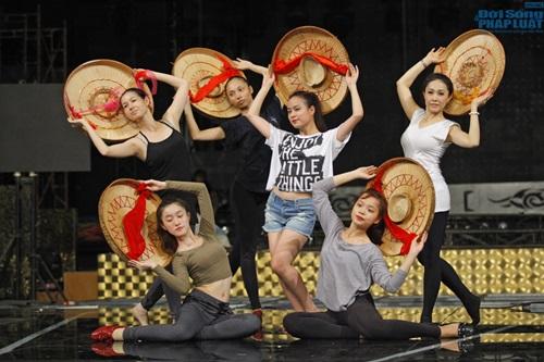 Hoàng Thùy Linh diện quần short múa nón quai thao điệu nghệ - Ảnh 8