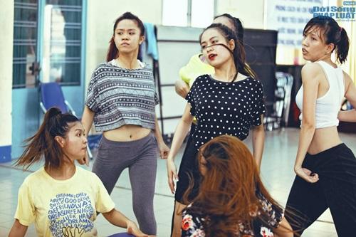 Hoàng Thùy Linh diện quần short múa nón quai thao điệu nghệ - Ảnh 10