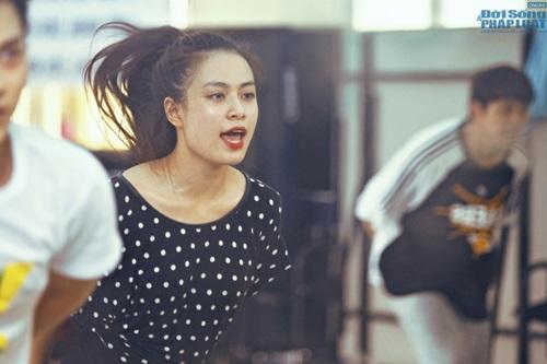 Hoàng Thùy Linh diện quần short múa nón quai thao điệu nghệ - Ảnh 11