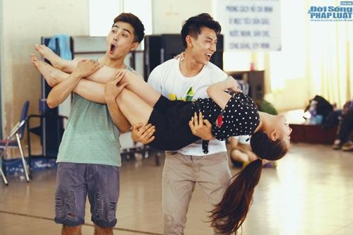 Hoàng Thùy Linh diện quần short múa nón quai thao điệu nghệ - Ảnh 12