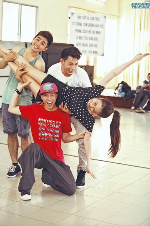 Hoàng Thùy Linh diện quần short múa nón quai thao điệu nghệ - Ảnh 13