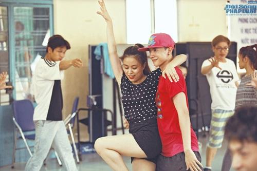 Hoàng Thùy Linh diện quần short múa nón quai thao điệu nghệ - Ảnh 15
