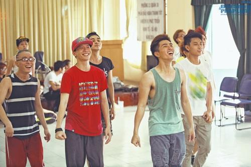 Hoàng Thùy Linh diện quần short múa nón quai thao điệu nghệ - Ảnh 14